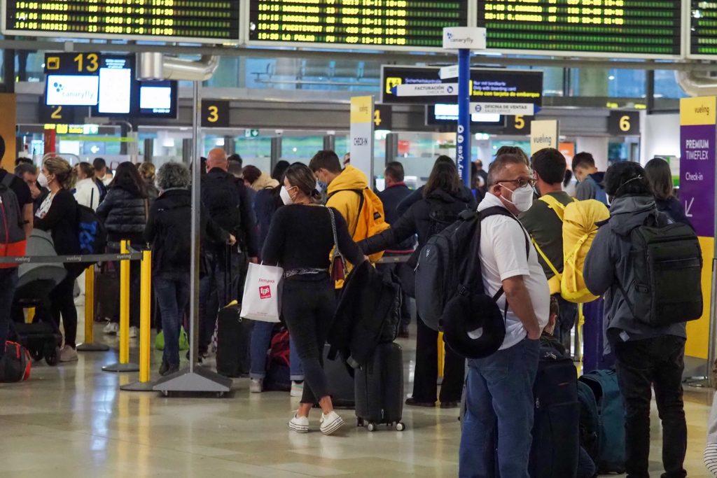 Una imagen de varios pasajeros en el Aeropuerto Tenerife Norte durante la intensa jornada de ayer. Sergio Méndez