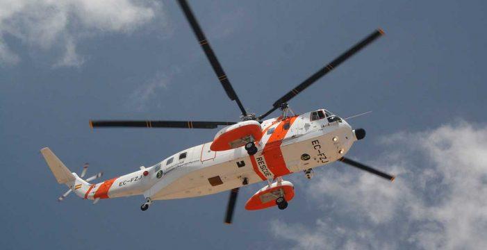 Rescatan a los bañistas en apuros en Arona y avistan un cayuco con 40 personas a bordo