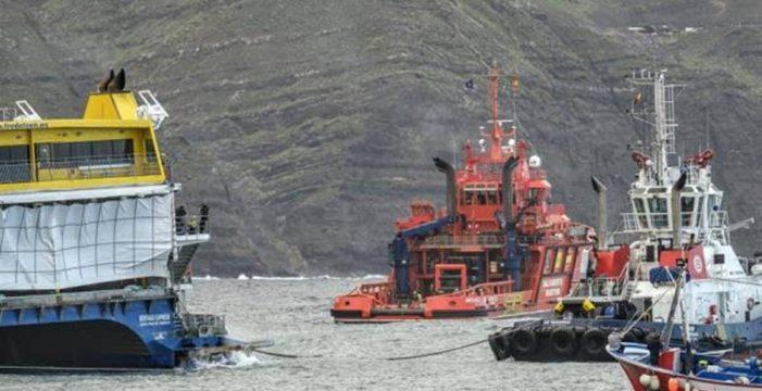 Activan un comité de emergencia para que el gasoil del ferry encallado no afecte al mar