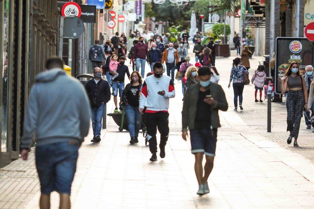 La calle del Castillo está inusualmente vacía esta segunda semana de rebajas, bien por la crisis económica, bien por la toma de conciencia de que se deben evitar las aglomeraciones. SERGIO MÉNDEZ