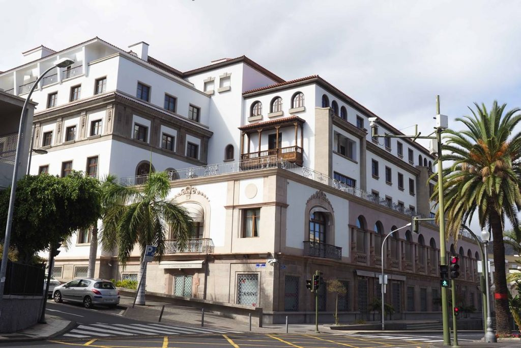 La caída de reservas por las restricciones en los principales países emisores de las Islas está provocando el cierre de muchos hoteles. El Mencey aún no ha abierto. DA