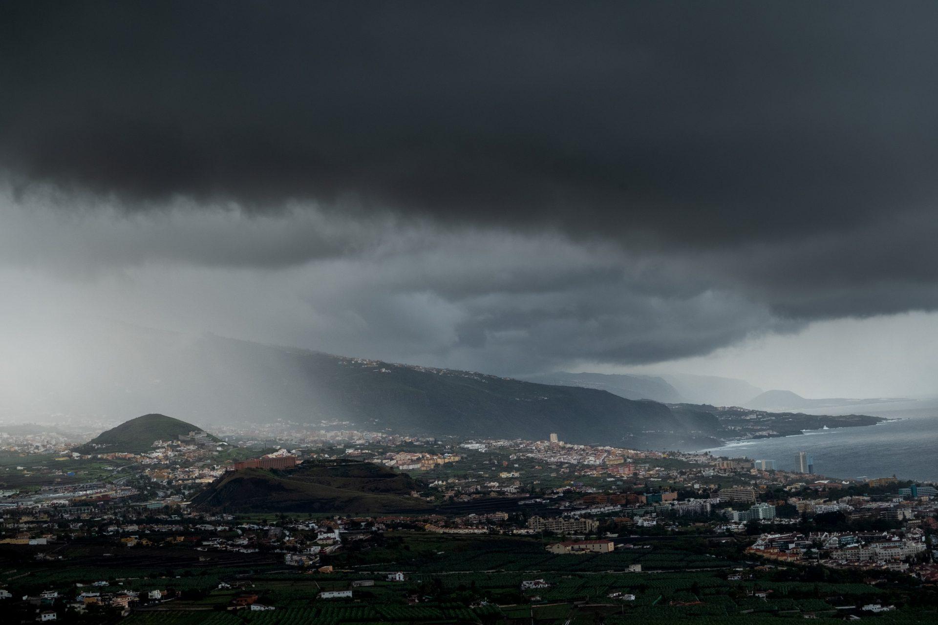Las nubes amenazantes de la borrasca filomena sobre el cielo de el Puerto de la Cruz, una de las zonas más afectadas en las últimas horas por los efectos de la lluvia y el viento. FRAN PALLERO