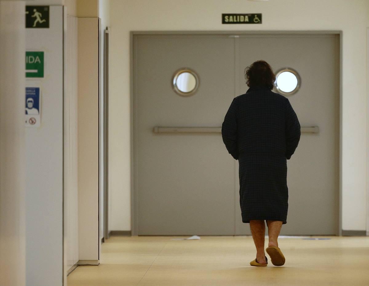 Un enfermo camina por el pasillo del Hospital de Emergencias Isabel Zendal, Madrid. EP