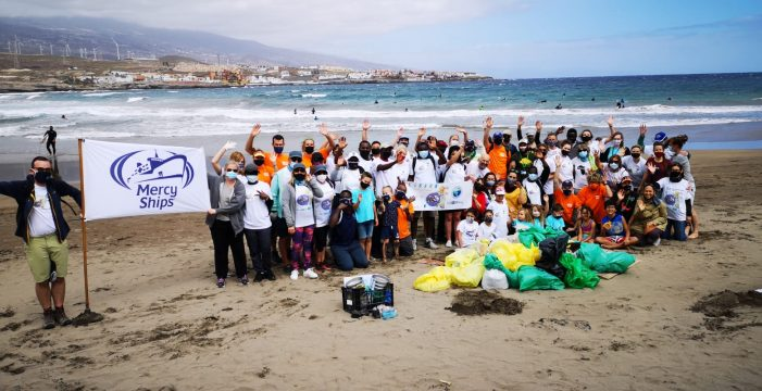 La Red de Vigilantes Marinos y cooperantes del África Mercy limpian la playa y los fondos del Porís de Abona