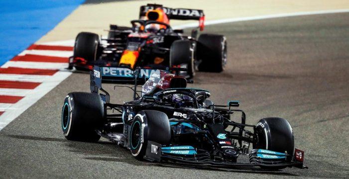 Polémica victoria para Hamilton en Baréin ante Verstappen; Sainz, octavo