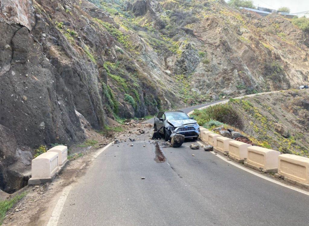 Estado en el que quedó el coche tras la caída de rocas. @PoliciaLocalSC