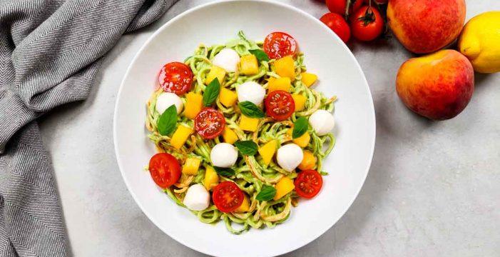 Espaguetis de calabacín y zanahoria con salsa de aguacate
