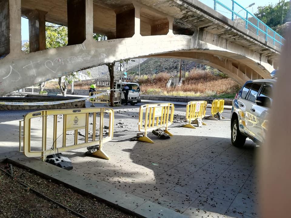 La caída de cascotes de la estructura del puente de Taganana obligó al cierre de la avenida Pedro Schwartz en San Andrés. / DA