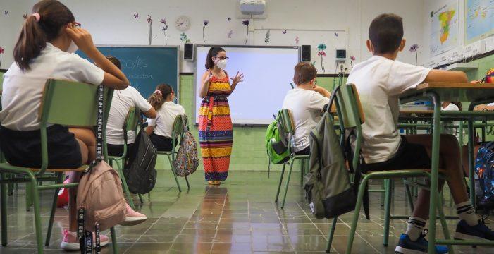 La COVID, nueva causa de absentismo escolar, que en la capital baja al 12%