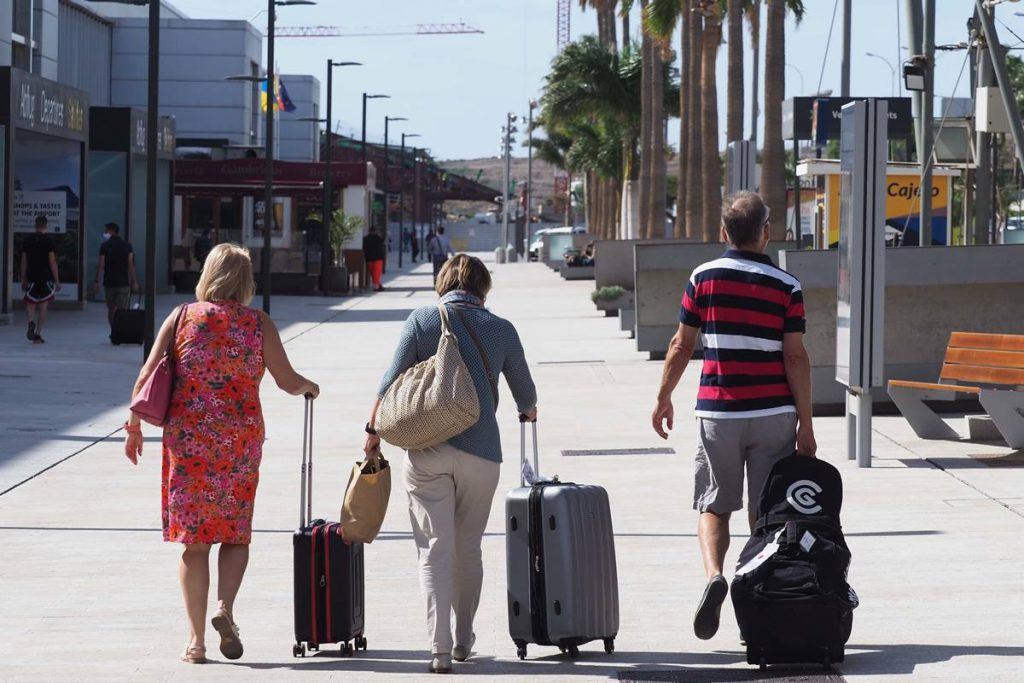 Varios turistas en el aeropuerto Tenerife Sur. Sergio Méndez