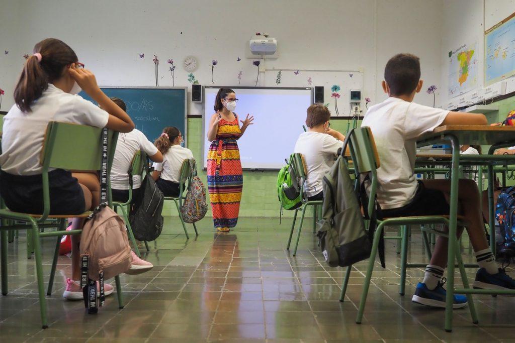 Maestra dando clase en un colegio de Santa Cruz (imagen de archivo). SERGIO MÉNDEZ
