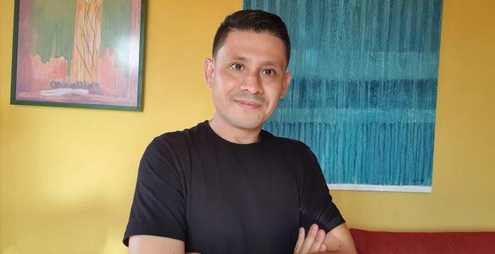 """Alfredo Pazmiño, activista LGTBIQ+: """"No es lo mismo que te llamen maricón a que uno se autodenomine maricón"""""""