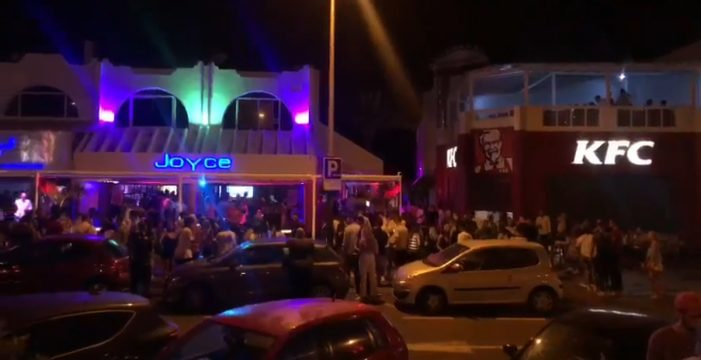De fiesta, sin distancia ni mascarilla en Las Verónicas