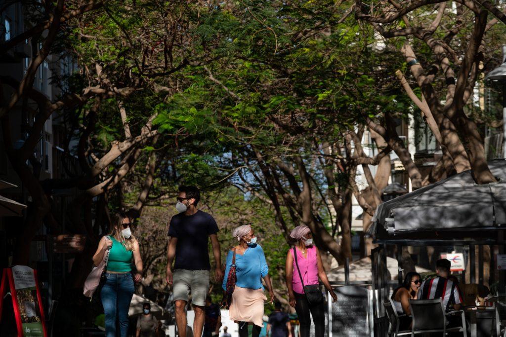 Varias personas caminan por la calle San José, en Santa Cruz de Tenerife. FRAN PALLERO