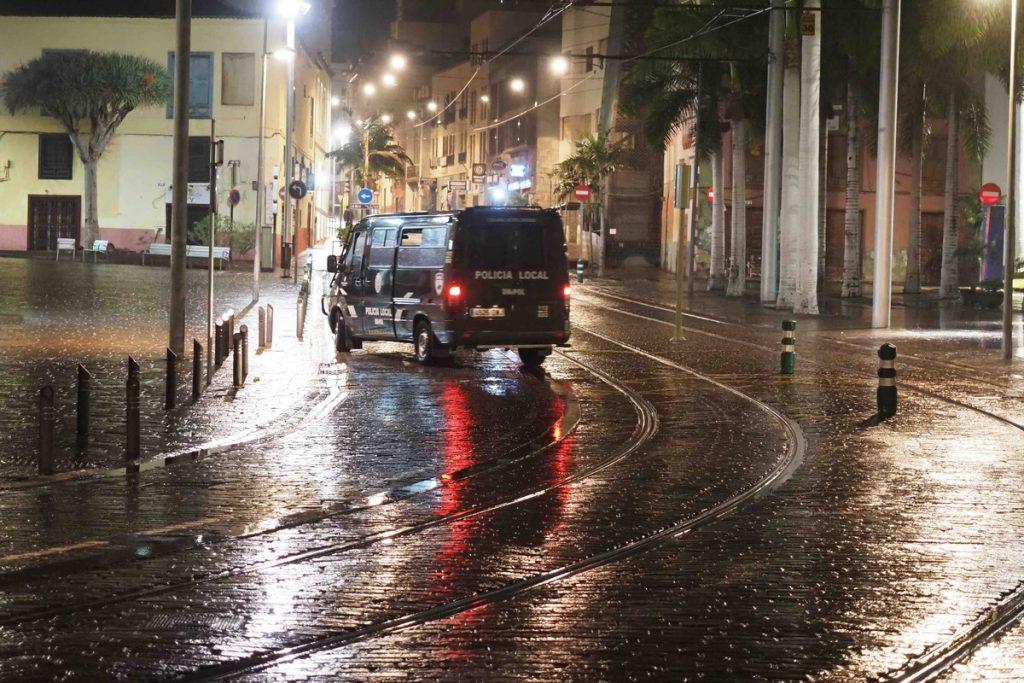 Imagen de archivo de una noche con toque de queda en Santa Cruz. SERGIO MÉNDEZ