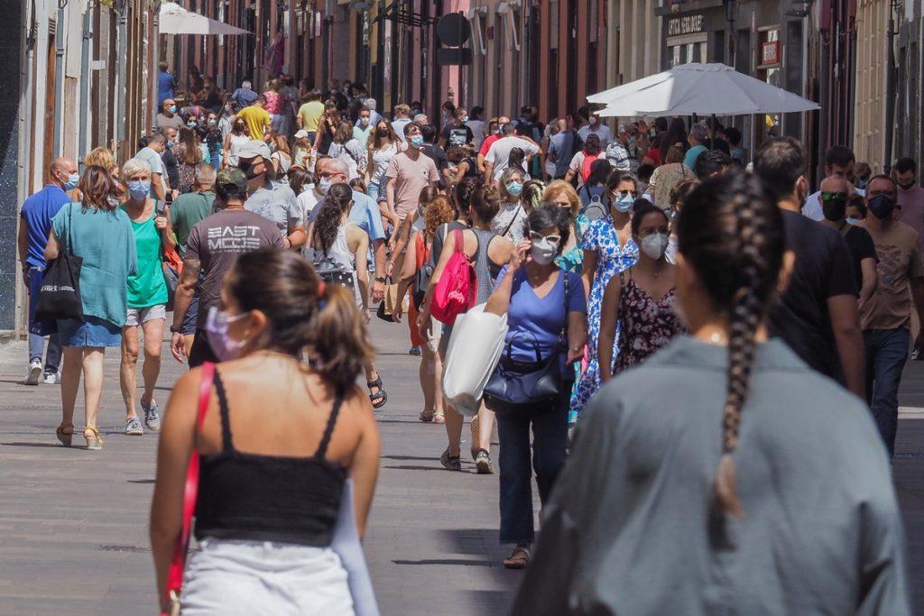 A pesar del avance del virus, el Congreso ratificó ayer la retirada del uso de mascarillas en exteriores si se mantiene la distancia; un brote en Gran Canaria deja 104 afectados.