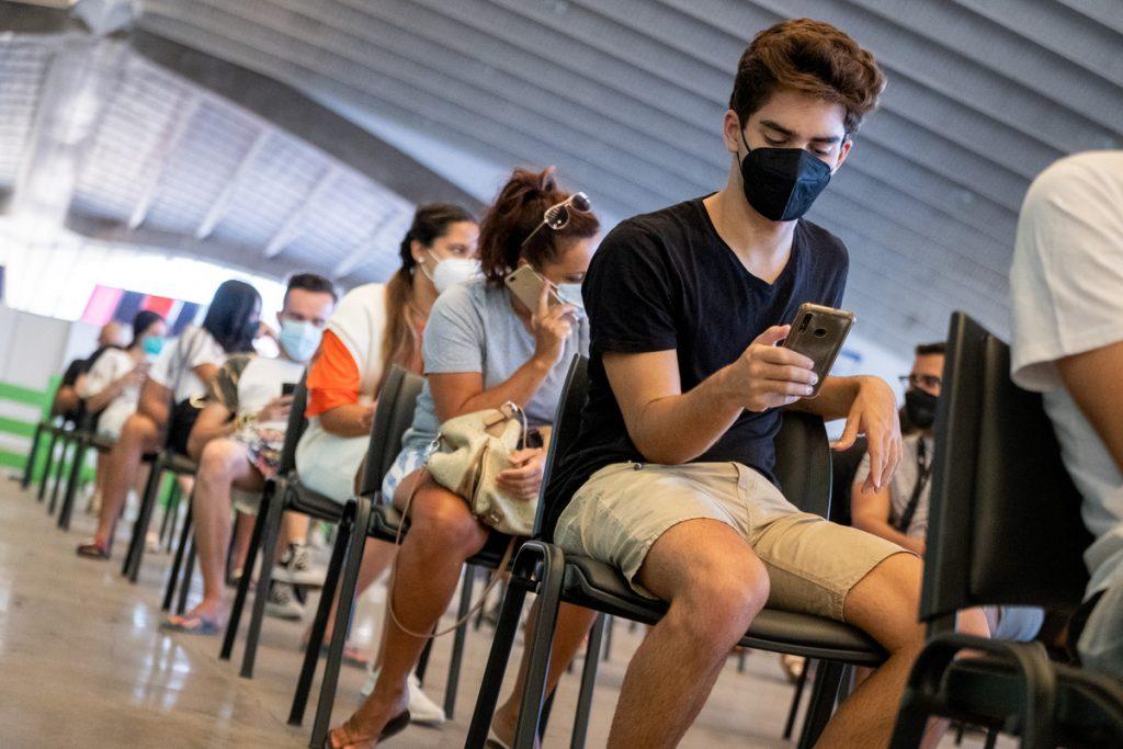 Jóvenes vacunándose en el Recinto Ferial. FRAN PALLERO