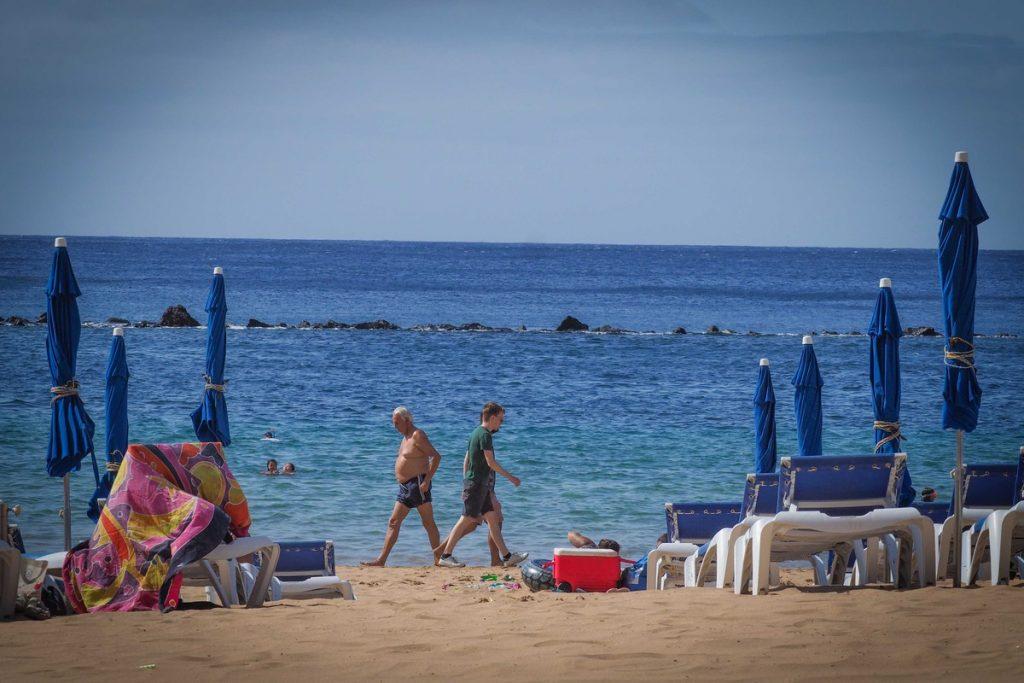 Varias personas caminan por la playa de Las Teresitas en una imagen de archivo. SERGIO MÉNDEZ