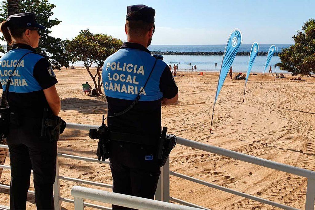 Agentes de la Policía Local de Santa Cruz de Tenerife, en la playa de Las Teresitas. Foto: Policía Local de Santa Cruz