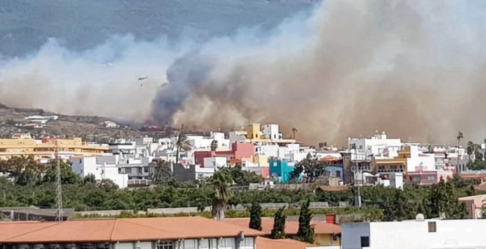 El fuego se ceba con el municipio de El Paso y se extiende a Los Llanos
