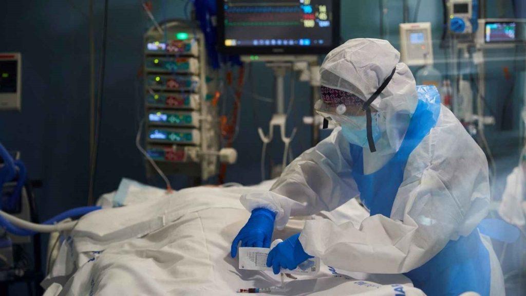 Un médico en una UCI, en imagen de archivo. EFE