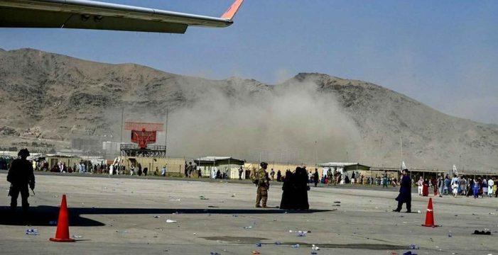 Una fuerte explosión junto al aeropuerto de Kabul enciende todas las alarmas