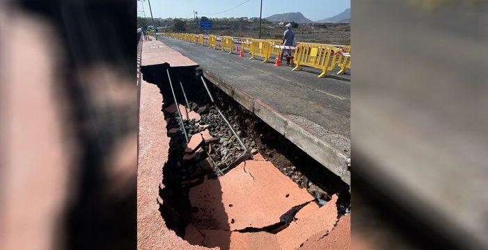 Cortan una vía de Arona para actuar de emergencia tras colapsar un muro de contención