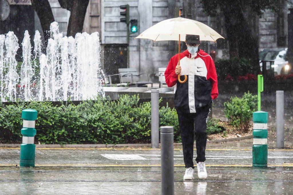 Una mujer pasea por Santa Cruz con su paraguas (foto de archivo). SERGIO MÉNDEZ