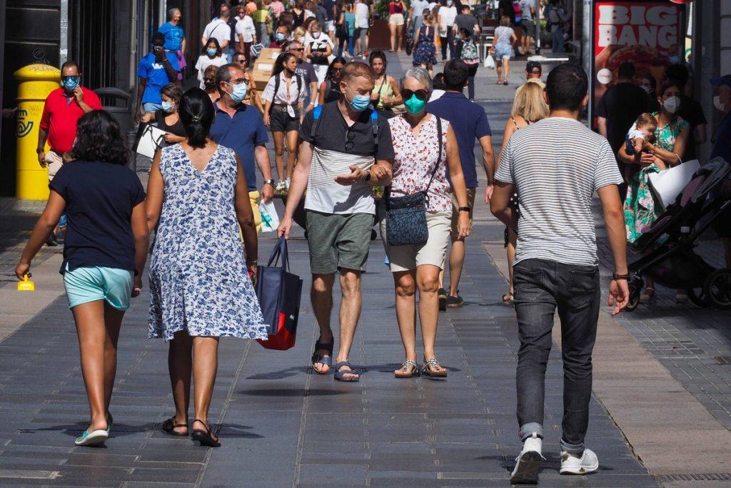 Personas caminando con mascarillas en la calle. SERGIO MÉNDEZ