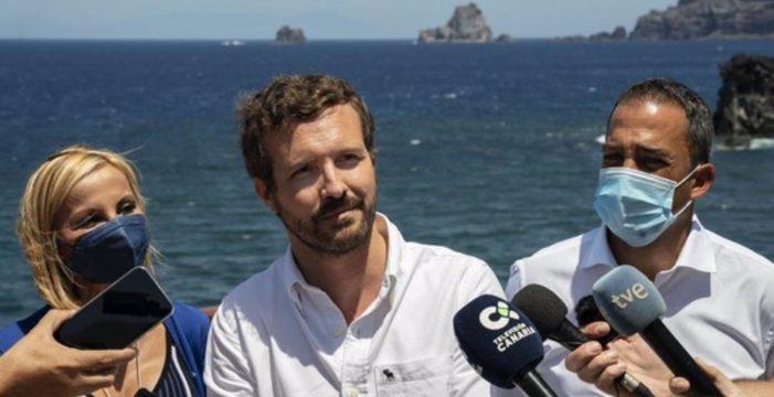 """Casado exige a Sánchez desde El Hierro más medios ante la """"avalancha"""" de inmigrantes, que """"va a empeorar"""""""