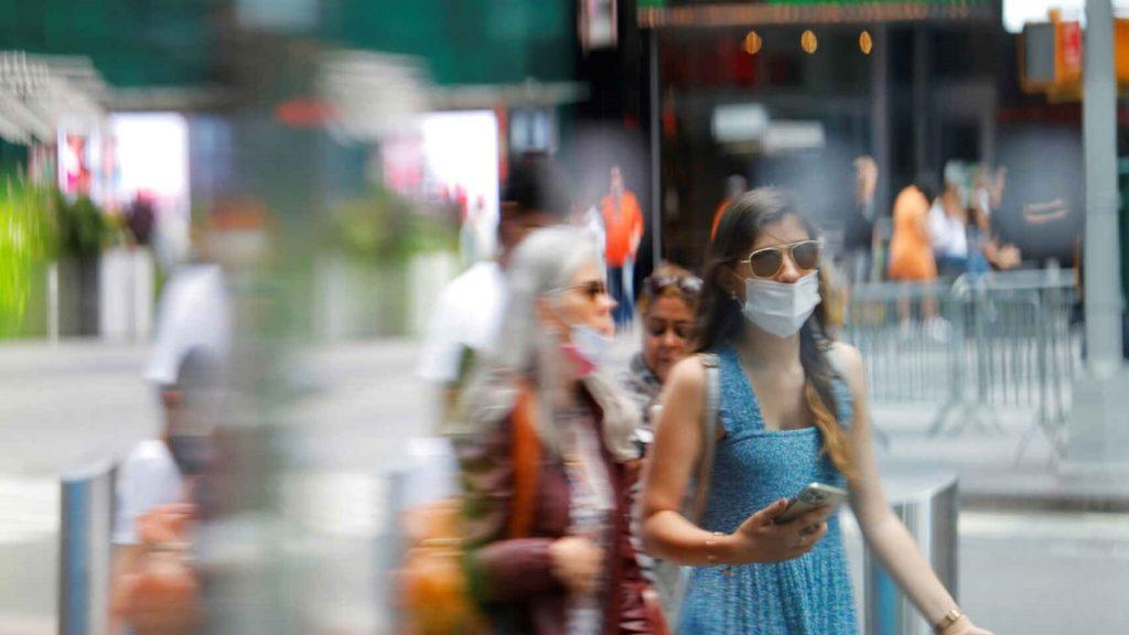 Gente con mascarilla pasea por las calles de Times Square, en Manhattan. Reuters