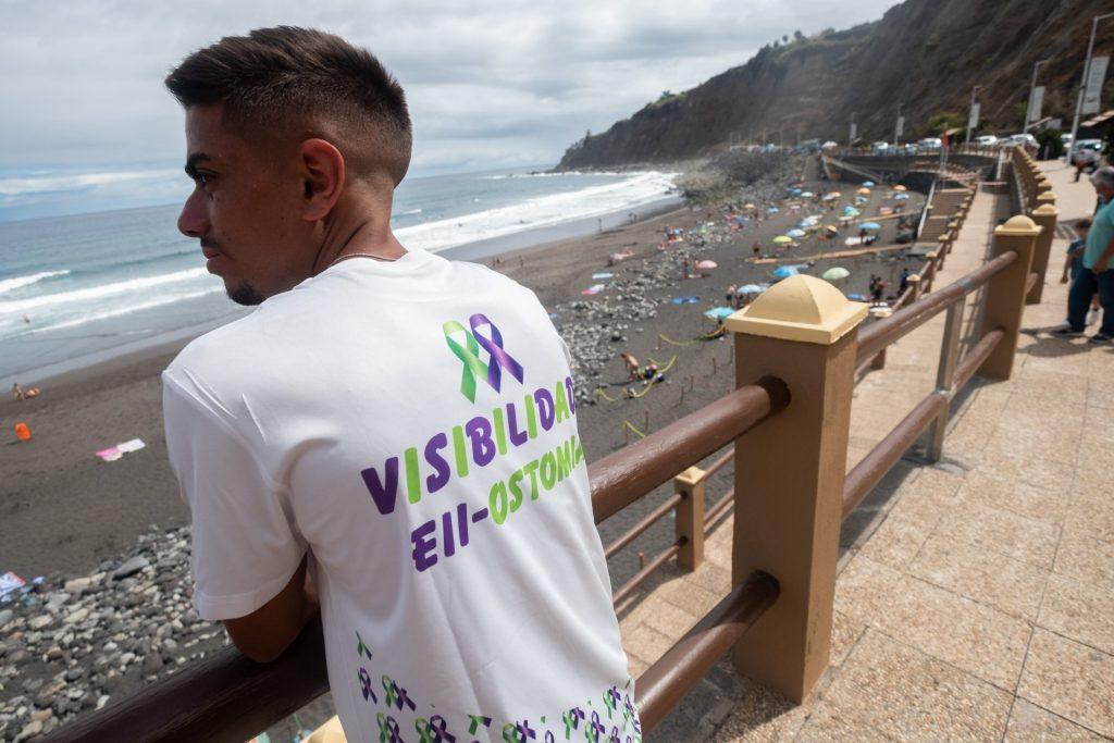 Oliver en la playa de El Socorro, 'su playa' porque es la que va desde pequeño y en la que pronto los aseos adaptados serán una realidad. Fran Pallero