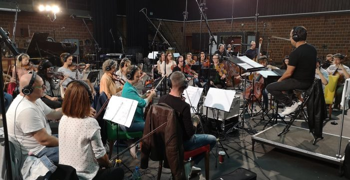 El compositor Diego Navarro graba en Cracovia la banda sonora de 'El páramo'