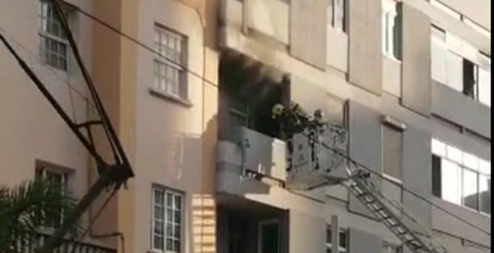 Cortan la avenida Islas Canarias por un incendio y evacúan a cuatro personas, una con quemaduras