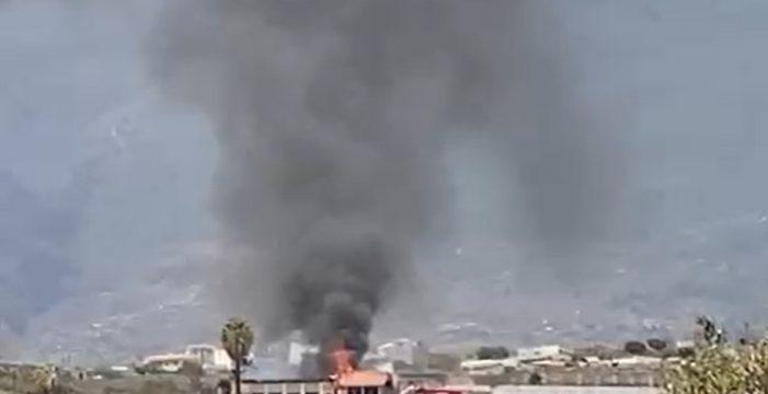 Alerta por la columna de humo del incendio de una finca en Güímar
