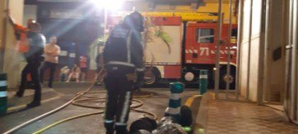 Evacúan a los vecinos en plena madrugada por el incendio de un restaurante en Santa Cruz