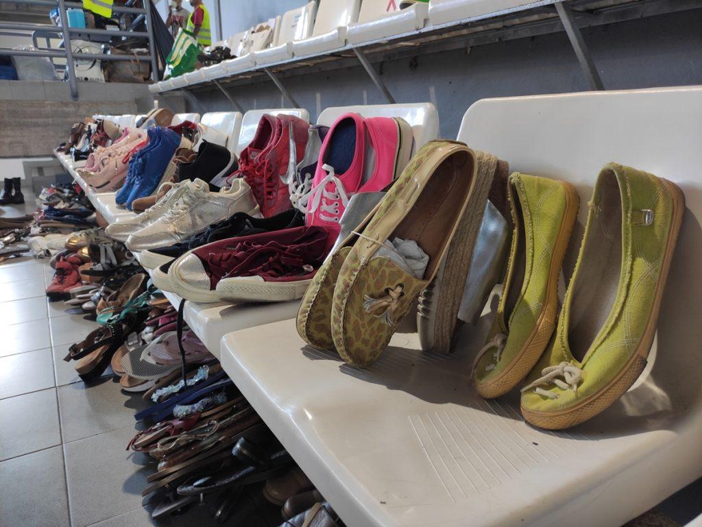 Zapatos donados, ayer, en el polideportivo Severo Rodríguez de Los Llanos, sobre una grada. Danios