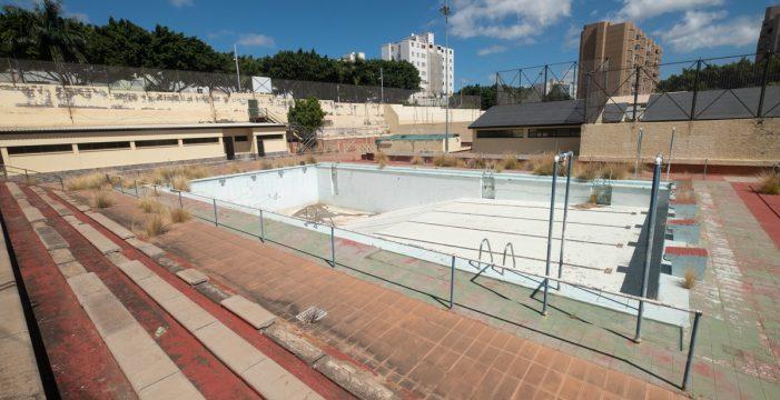 El abandono de la piscina de Ofra genera una oleada de reacciones sociales y políticas