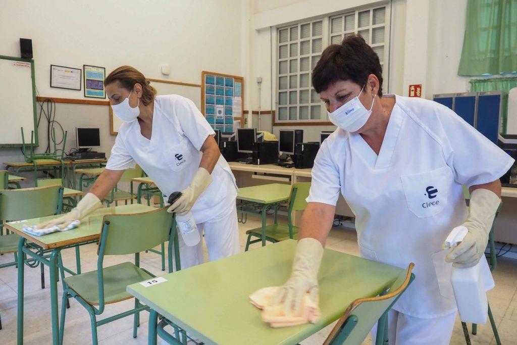 Rosenda Vargas y María Mesa se encargan de las labores de limpieza en el Instituto de Secundaria de La Guancha, donde estudian cerca de un millar de alumnos.