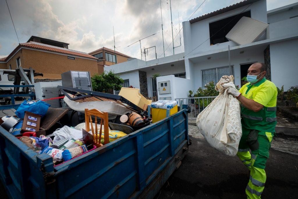 Los vecinos de Todoque pueden recoger sus pertenencias en dos puntos habilitados.   Fran Pallero
