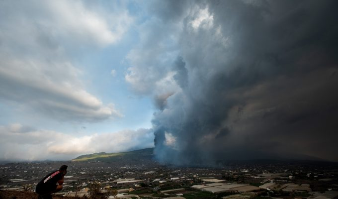 Suben a nivel rojo el código de color de la aviación en Canarias por los gases del volcán