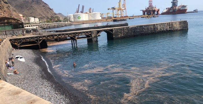 Informan de que la mancha en el agua de la playa de Valleseco es polvo y no un vertido