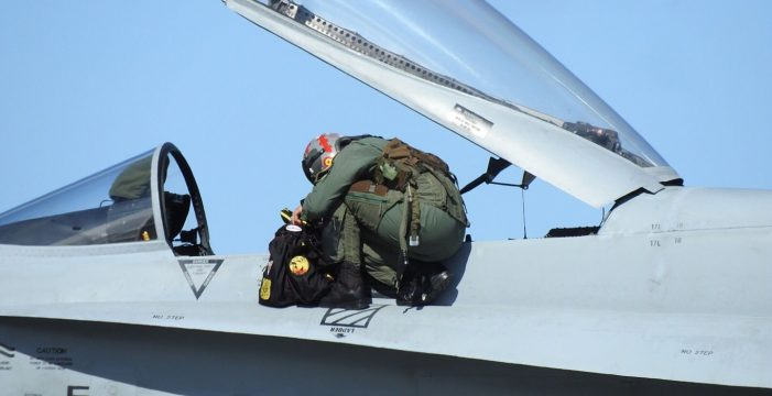 Dos aviones F-18 sorprenden sobrevolando Tenerife