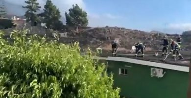 Bomberos de Tenerife trabajan a destajo para salvar viviendas en La Palma