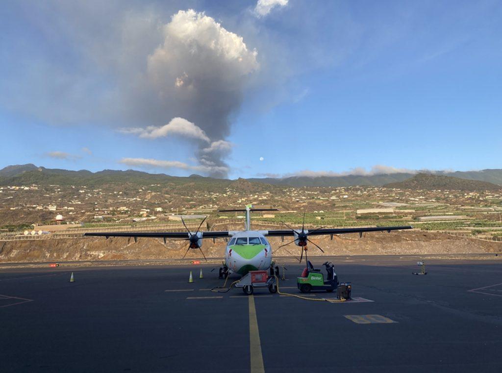 El aeropuerto de La Palma, inoperativo por acumulación de cenizas