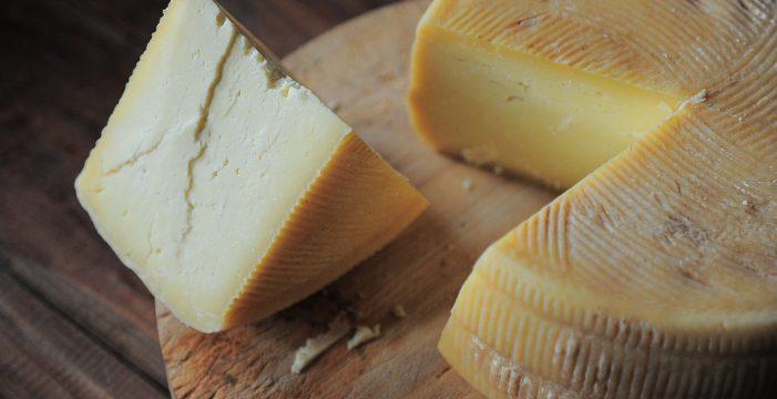 Alerta alimentaria: detectan listeria en este popular queso y piden que no se consuma