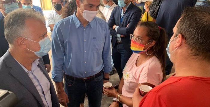 Sánchez, Marlaska y Torres visitan a los evacuados en el acuartelamiento de Breña Baja