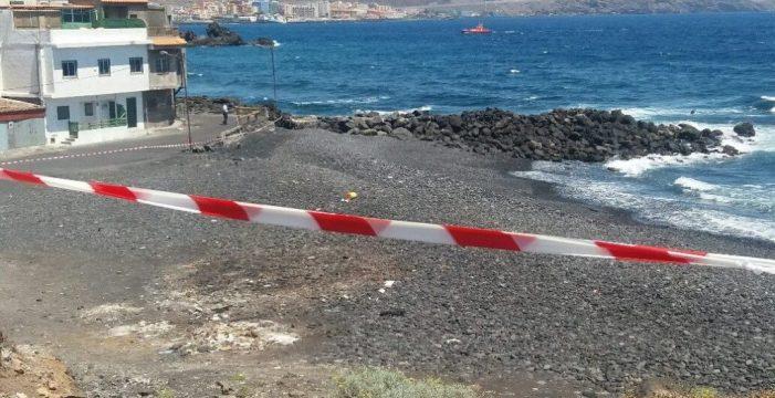 El vertido también obliga a prohibir el baño en la costa de Arafo