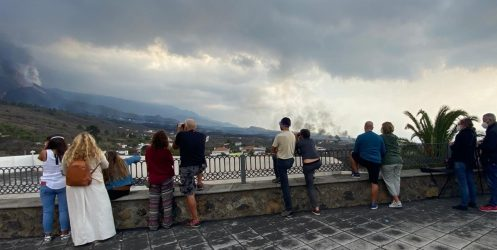 El aumento de curiosos que quieren ver el volcán obliga a reforzar los controles