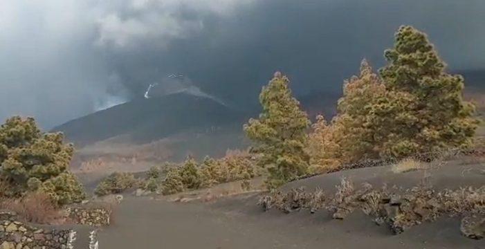 Captan la aparición de un 'rayo volcánico' en La Palma
